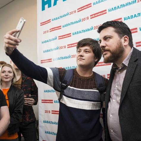 Волонтёр штаба делает селфи с Леонидом Волковым