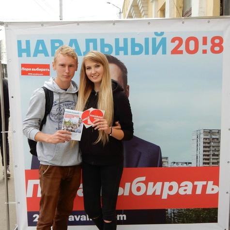 Барнаульцы с удовольствием фотографируются на фоне куба