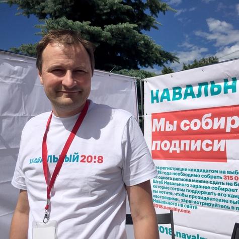 Волонтёр Алексей Малов на агитационном кубе
