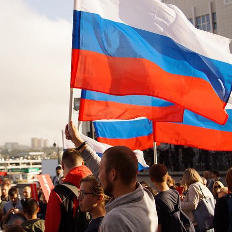 Люди выходили намитинги сроссийскими флагами