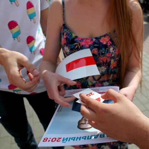 Волонтёры распространяют наклейки на кубе