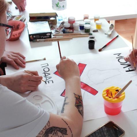 Волонтёры рисуют плакаты к митингу 12 июня