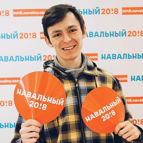Волонтер штаба Навального со стикерами