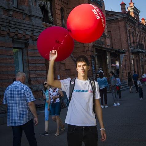 Ярко-красные шары «Навальный 20!8» — новое оружие хабаровских волонтёров