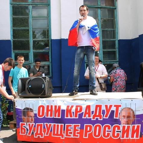 Координатор хабаровского штаба Алексей Ворсин выступает на митинге в День России