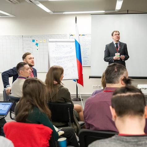 Николай Левшиц проводит тренинг пообучению для регионов