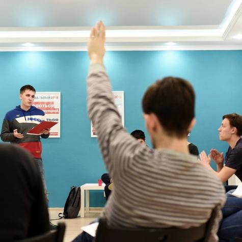 Волонтёры играют в дебаты