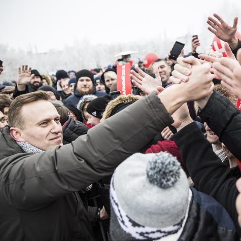 Навальный после встречи общается слюдьми и отвечает навопросы