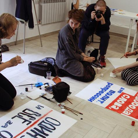 Волонтеры рисуют плакаты к пикету