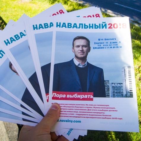 Волонтёры хабаровского штаба на кубах раздают десятки листовок каждый день