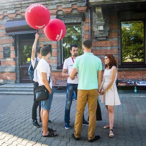 Координатор штаба Алексей Ворсин работает на кубах вместе с волонтёрами
