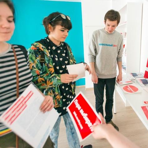 Каждый волонтёр получает набор наклеек для гаджета