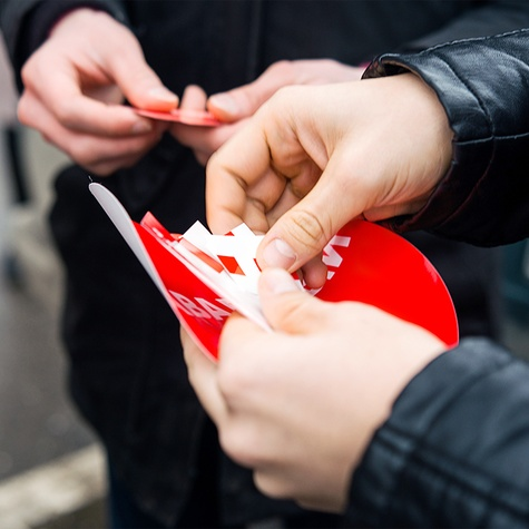 Волонтёры раздают наклейки