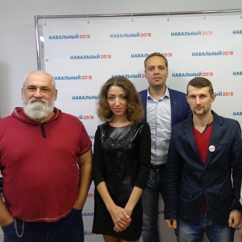 Владимир Милов в компании сотрудников и волонтеров штаба