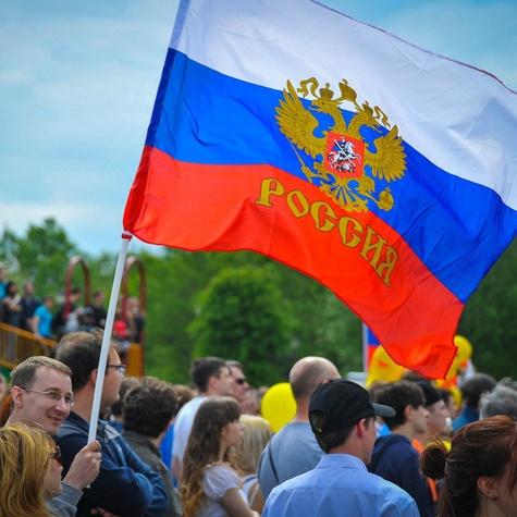 Российский флаг на митинге 12 июня