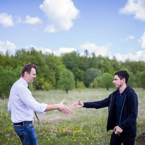 Открытие штаба — Алексей встречает волонтёров