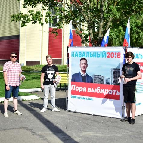 Волонтеры на кубе около ДК им. Кравцова