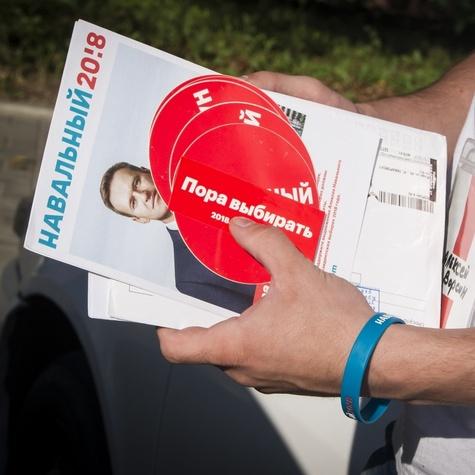 Новым сторонникам — яркие знаки отличия: стикеры «Навальный 20!8»