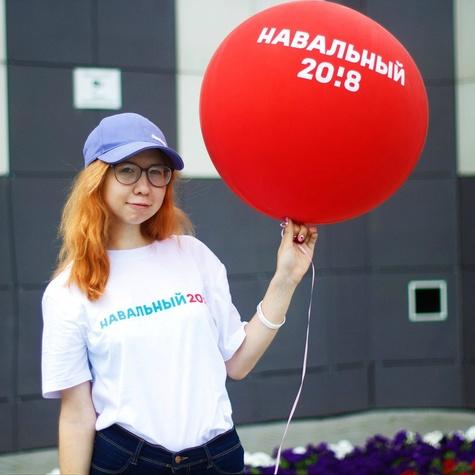 Большие красные шары очень нравятся нашим волонтёрам