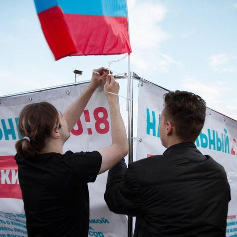 Волонтеры заканчивают сборку куба